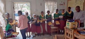 Übergabe Schulmaterial und Uniform